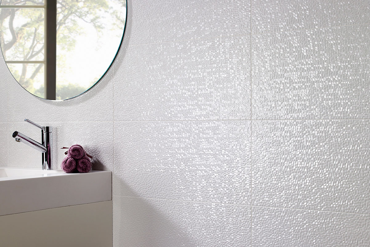 Azulejo blanco con relieve